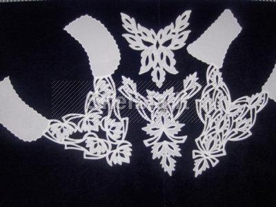 Baltos puošmenos maža juoda suknelė