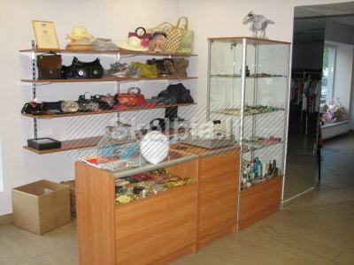 Parduodama mažai naudota prekybinė įranga drabužių parduotuvei
